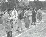 職員と家族一緒の運動会風景 和服でのスタート