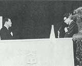 第二田沢完工式 表彰を受ける小松元理事長