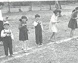 職員と家族一緒の運動会風景 チビっ子競争