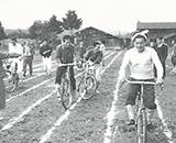 職員と家族一緒の運動会風景 グランドに自転車を入れると今は退学